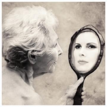 mujer-mayor-frente-al-espejo_mh1522050483572.jpg